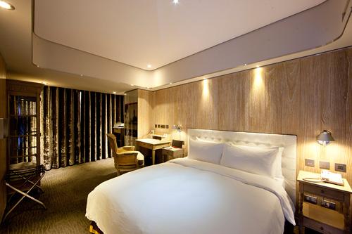 部份房间透过独特采光的设计窗来提供了西门叮的景观